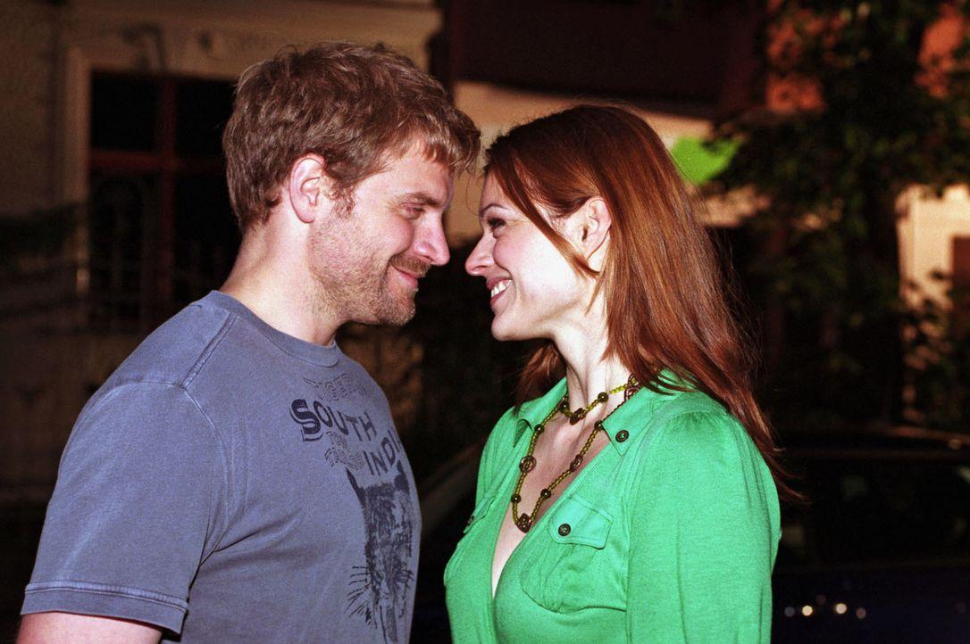 Ben (Janek Rieke, l.) gesteht Paula (Suzan Anbeh, r.) seine Liebe. Wird Paula diese erwidern? - Bildquelle: Sat.1