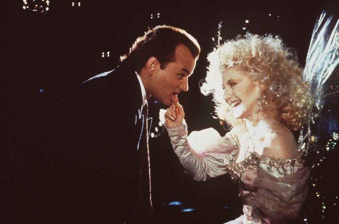 Immer wieder wird der zynische Fernsehboss Frank Cross (Bill Murray, l.) von einer Fee (Carol Kane, r.) mit den Menschen konfrontiert, die unter sei... - Bildquelle: Paramount Pictures