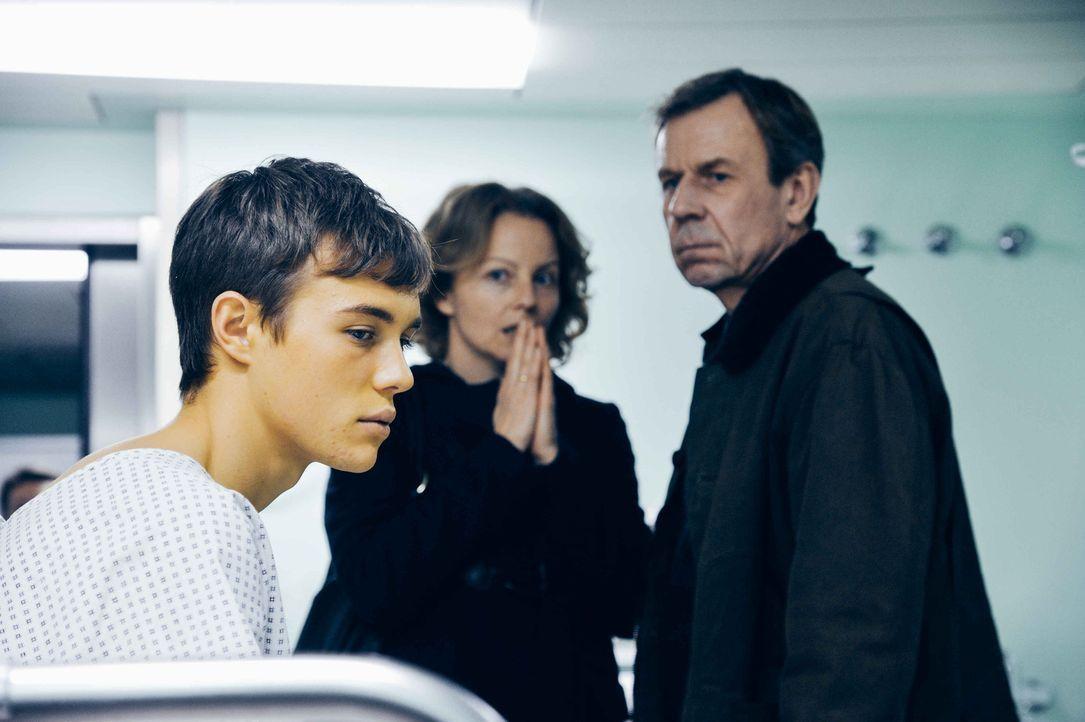 Als Frank (Valentino Fortuzzi, l.) seinen Eltern (Carina Wiese, M., Jörg Pose, r.) mitteilt, dass er auf die sehnlichst erwartete Leber verzichten w... - Bildquelle: Hardy Spitz SAT.1
