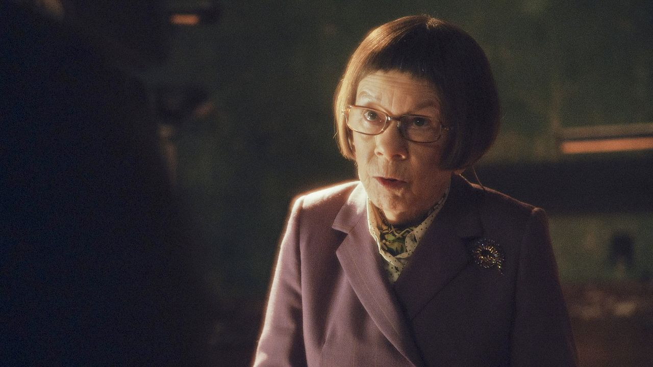 Schickt ihre Leute auf eine gefährliche Mission nach Afghanistan, um Kensi aus den Händen der Taliban zu befreien: Hetty (Linda Hunt) ... - Bildquelle: CBS Studios Inc. All Rights Reserved.