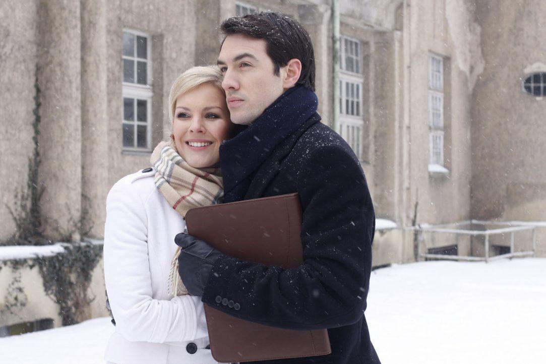 Sind sie wieder ein Paar: Mark (Arne Stephan, r.) und Alexandra (Ivonne Schönherr, l.) ... - Bildquelle: SAT.1