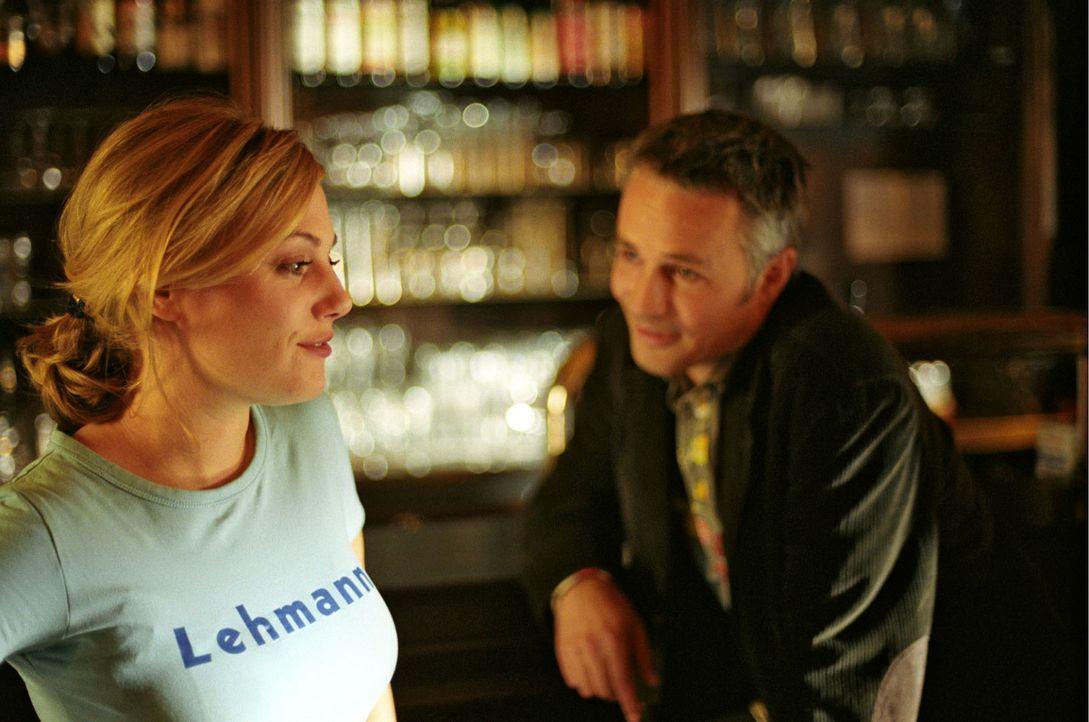Insgeheim verehrt Peter Lehmann (René Hofschneider, r.) Leslie (Eva Hassmann, l.) schon seit langem. Er traut sich nur nicht, es ihr zu sagen ... - Bildquelle: Sat.1