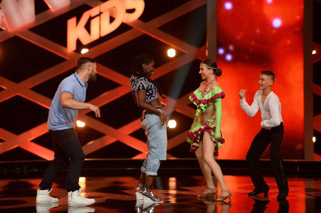 Anja (2.v.r.) und Marcel (r.) haben mit Nikeata Thompson (2.v.l.) und Bürger Lars Dietrich (l.) viel Spaß auf der Bühne ... - Bildquelle: Willi Weber SAT.1