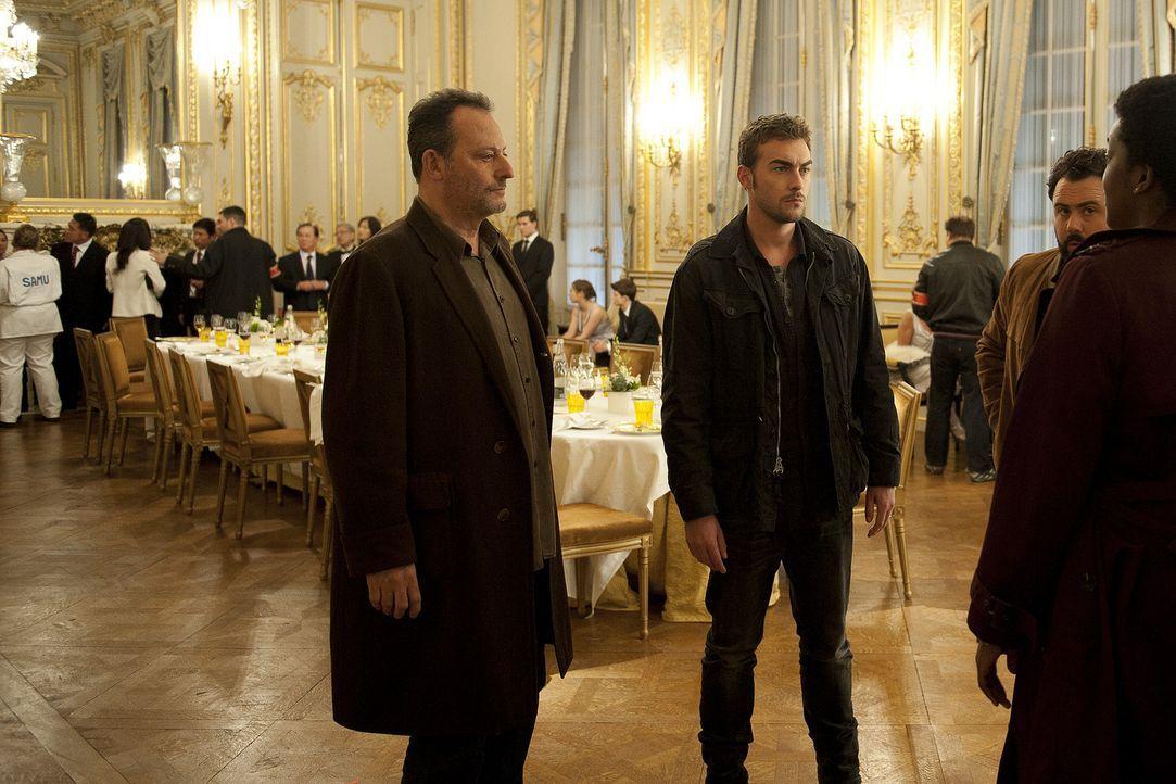 Jemand hat eine todgiftige Substanz unter die Pariser Bevölkerung gebracht. Nun müssen die Ermittler Jo St-Clair (Jean Reno, l.) und Bayard (Tom A... - Bildquelle: Stéphanie Dupont Atlantique Productions