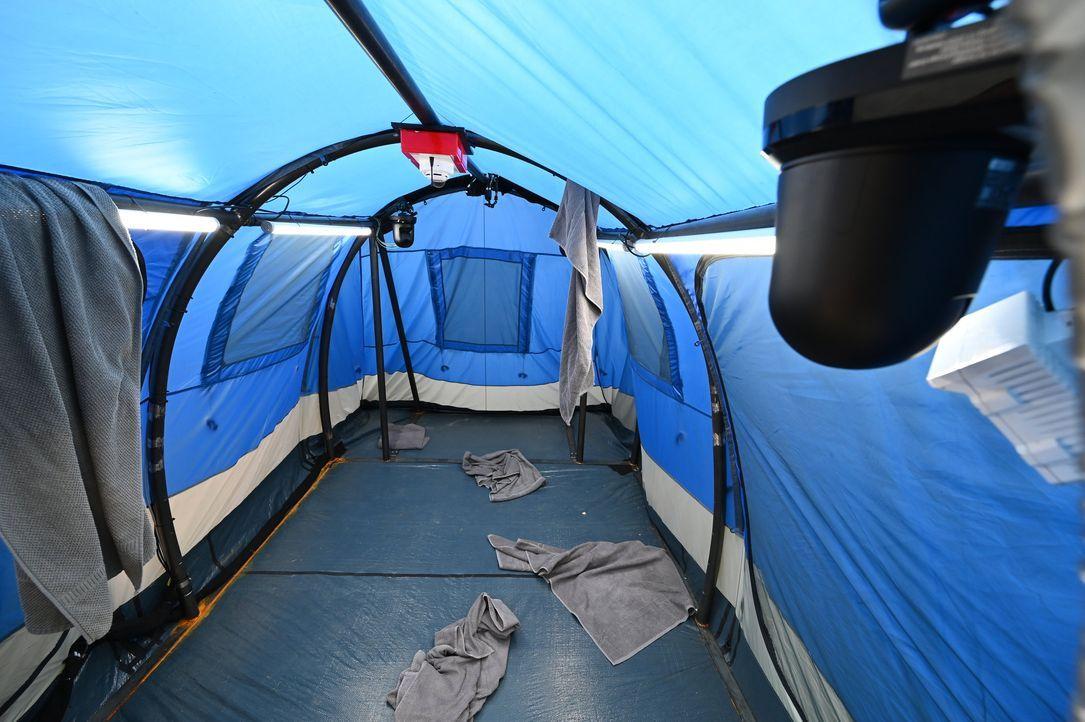 Zelt von innen - Bildquelle: SAT.1