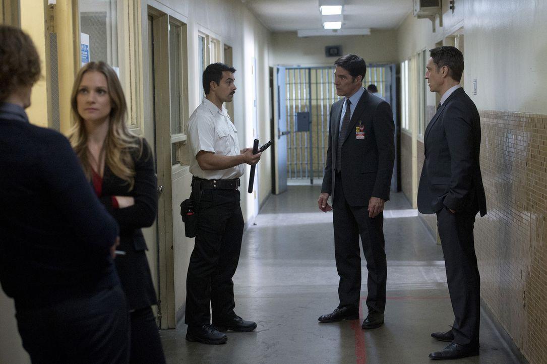 Ein neuer Fall führt Hotch (Thomas Gibson, 2.v.r.), Reid (Matthew Gray Gubler, l.) und JJ (AJ Cook, 2.v.l.) nach Texas in ein privatisiertes Hochsic... - Bildquelle: ABC Studios