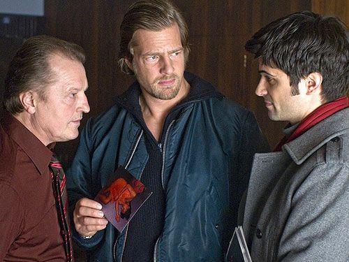 Die Ermittlungen führen Mick (Henning Baum, M.) und Andreas (Maximilian Grill, r.) schon bald zu dem Wettbüro von Ecki Troller (Paul Faßnacht), d... - Bildquelle: Sat1