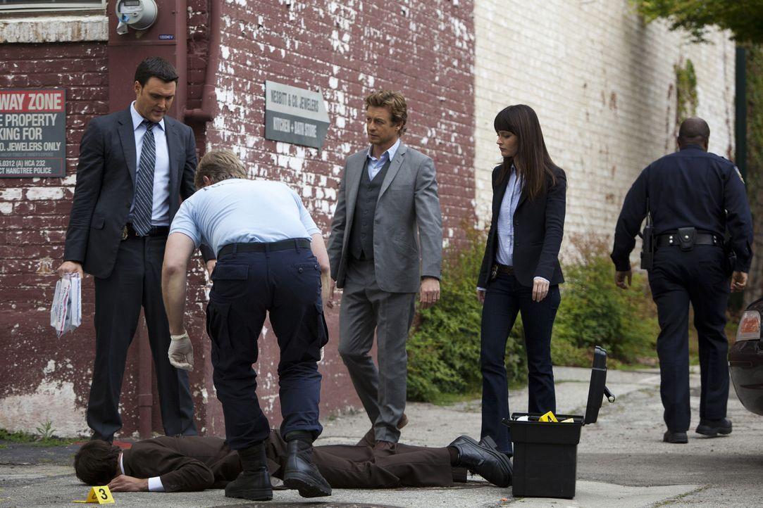 Als der Gefängniswärter Walton Parsell in einer Gasse von Hangtree, Kalifornien, erstochen aufgefunden wird, beginnen Wayne (Owain Yeoman, l.), Pa... - Bildquelle: Warner Bros. Television