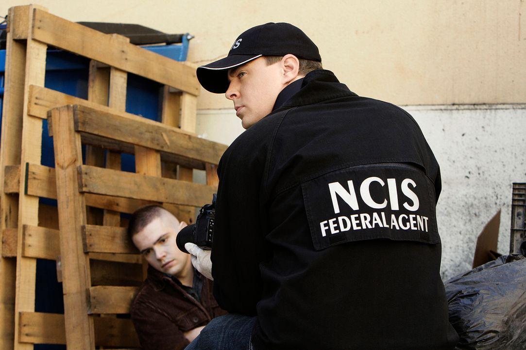 Gemeinsam mit Gibbs, versucht McGee (Sean Murray, r.) den Mord an einem Petty Officer aufzuklären ... - Bildquelle: CBS Television