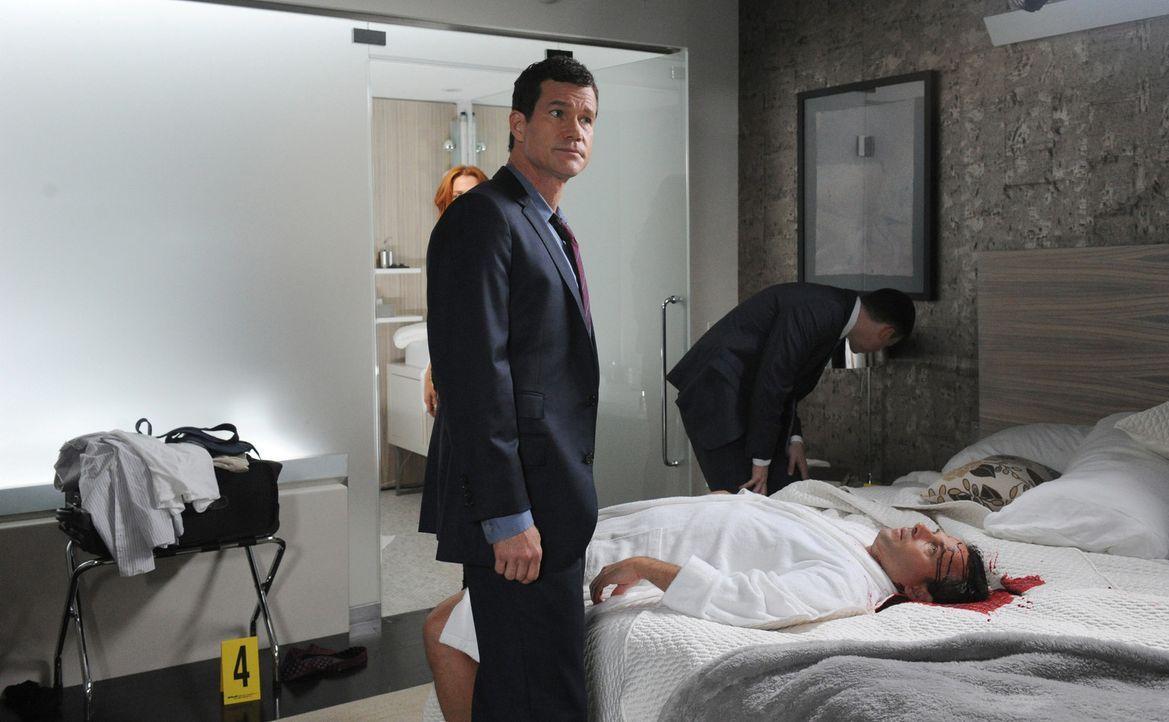 Untersuchen den Mord an Brett Langley (Stephen Mailer, vorne r.): Al (Dylan Walsh, l.) und Roe (Kevin Rankin, hinten r.) ... - Bildquelle: Sony Pictures Television Inc. All Rights Reserved.
