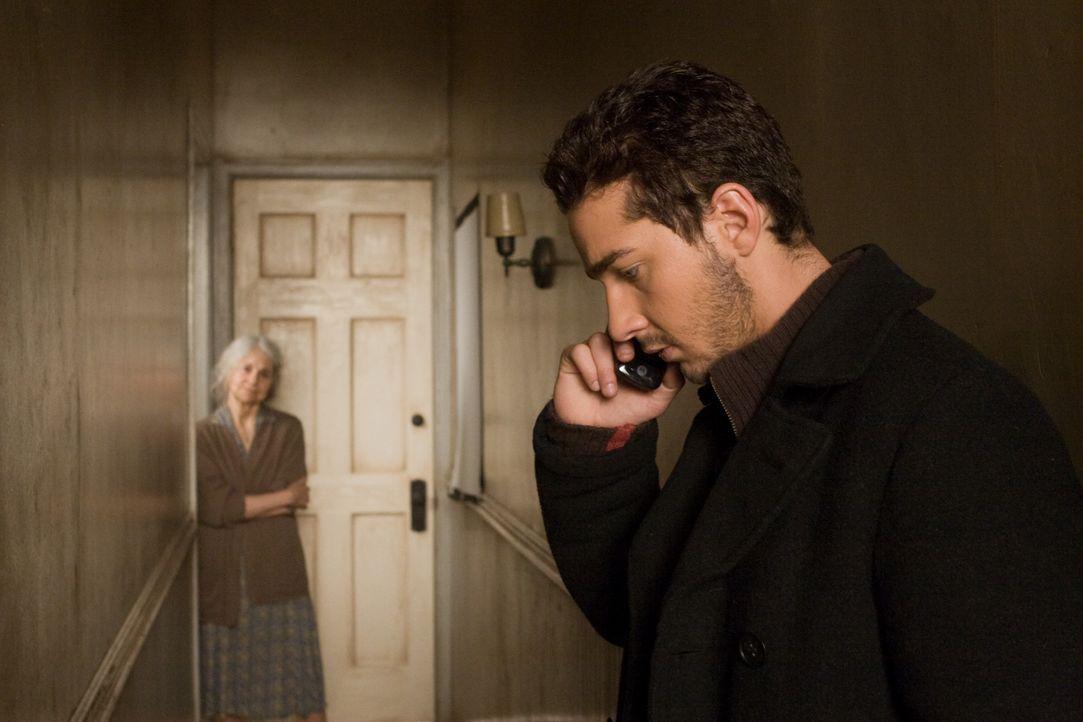 Kaum erfährt Jerry (Shia LaBeouf), dass sein Zwillingsbruder verstorben ist, da findet er eine Unsumme Geld auf seinem Konto und in seiner Wohnung e... - Bildquelle: Paramount Pictures International