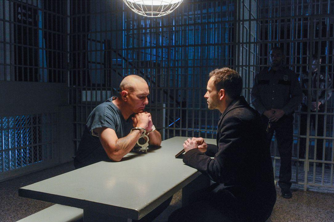Sherlock Holmes (Jonny Lee Miller, r.) setzt seine Jagd auf Moriarty fort, als er von Sebastian Moran (Vinnie Jones, l.) erfährt, dass ein Mann, de... - Bildquelle: CBS Television