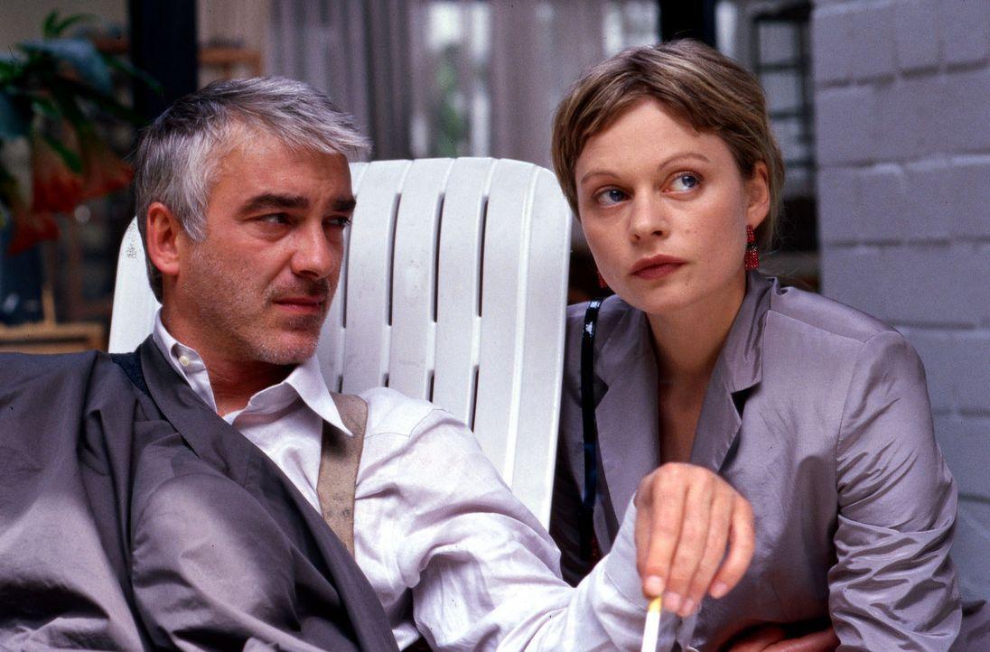 Die Staatsanwältin Katja Bach (Susanna Simon, r.) steckt in einer verzweifelten Situation, als sie sich an ihren Mann Martin (Christoph M. Ohrt, l.... - Bildquelle: Gordon Mühle Sat.1