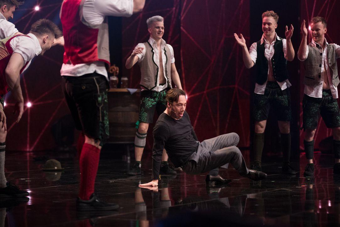 Präsentiert den Jungs von DDC seine Break Dance Künste: Michael Bully Herbig (M.) ... - Bildquelle: Stefan Hobmaier SAT.1