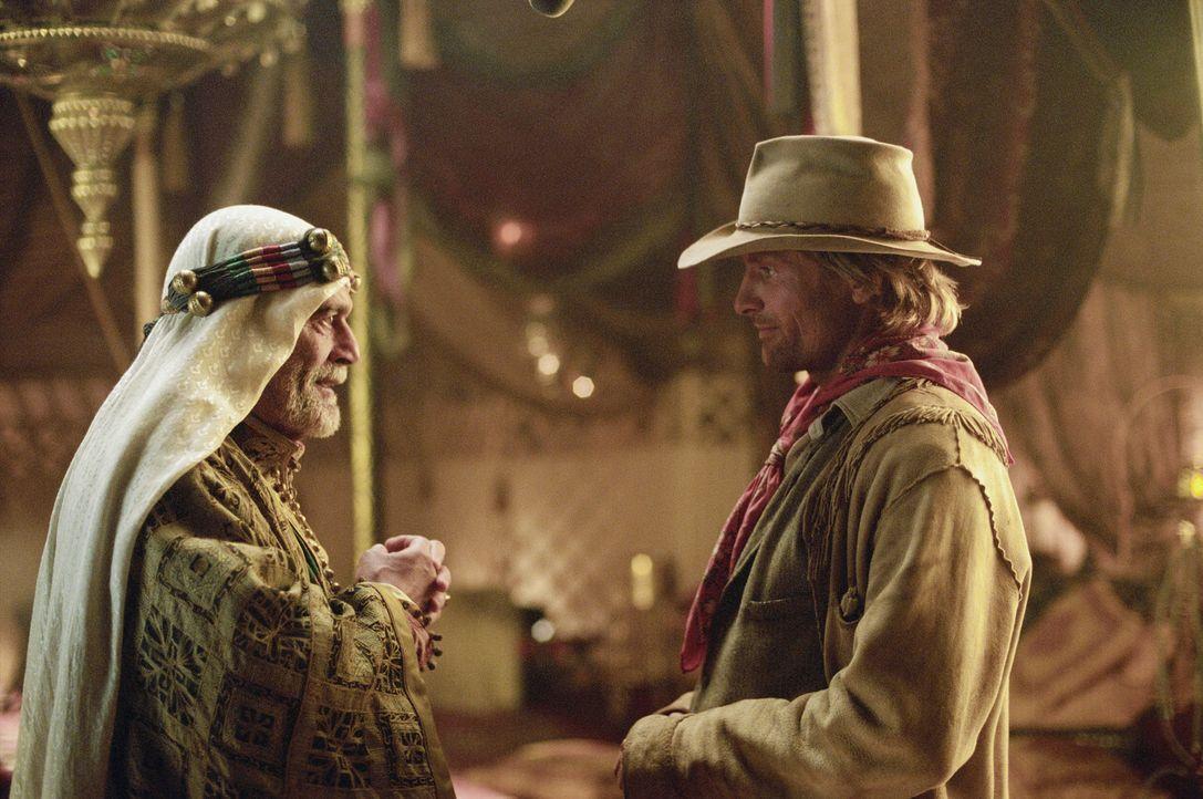 Eines Tages fordert Scheich Riyadh (Omar Sharif, l.) den Kurierreiter Frank Hopkins (Viggo Mortensen, r.) auf, an dem jährlichen 3.000-Meilen Ausdau... - Bildquelle: Walt Disney Pictures. All rights reserved
