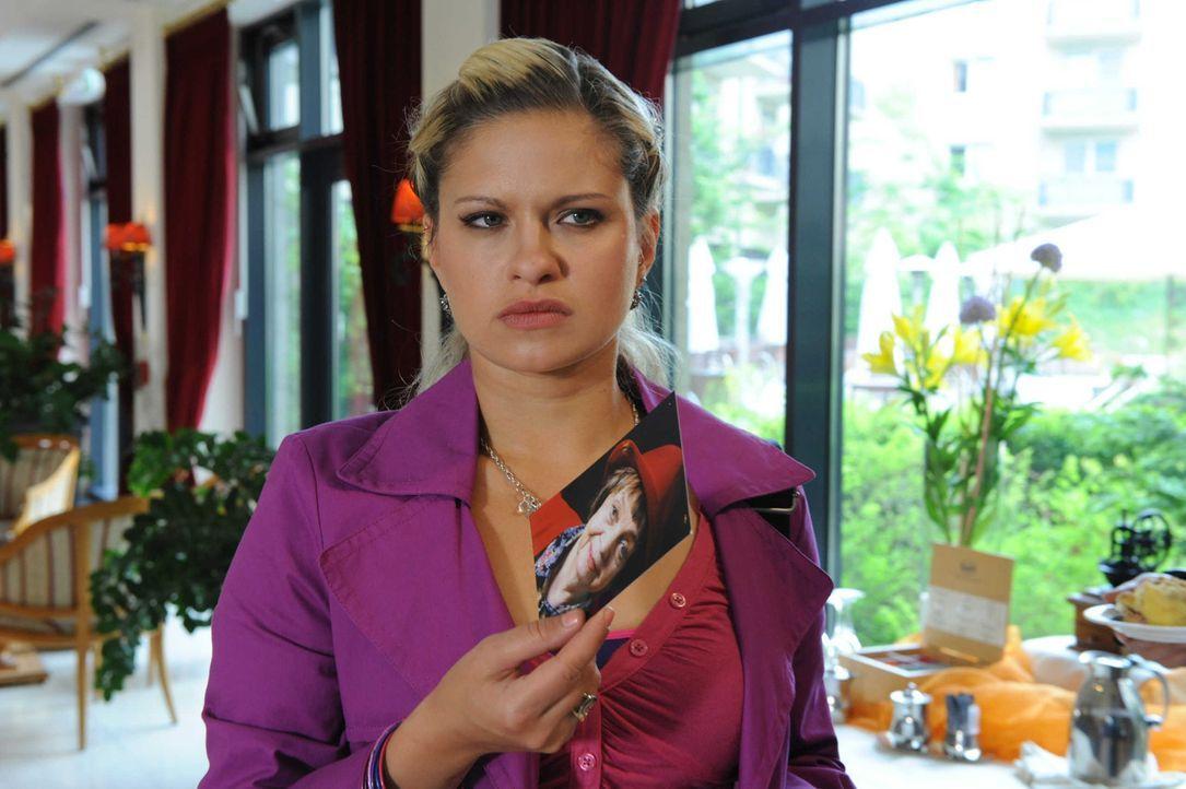 Mia (Josephine Schmidt) entdeckt eine bisher unbekannte Verbindung zwischen David und Erna ... - Bildquelle: SAT.1