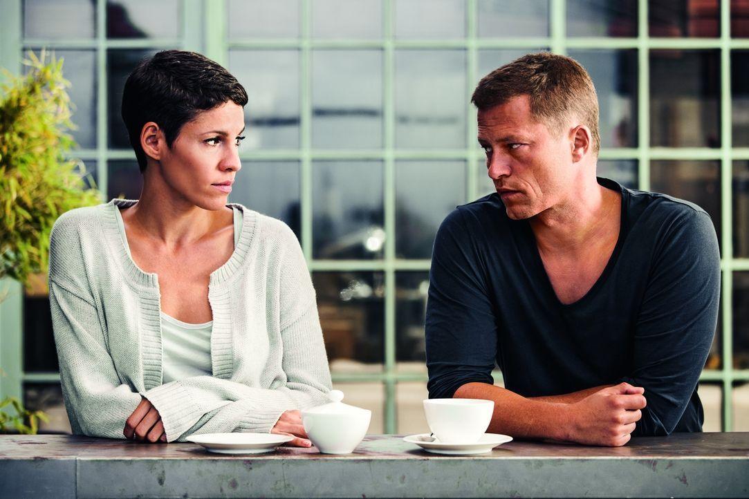 Seit der Geburt des gemeinsamen Sohnes fühlt sich Katharina (Jasmin Gerat, l.) immer mehr in die Rolle der Alleinverantwortlichen für Haushalt und K... - Bildquelle: 2013   Warner Bros.