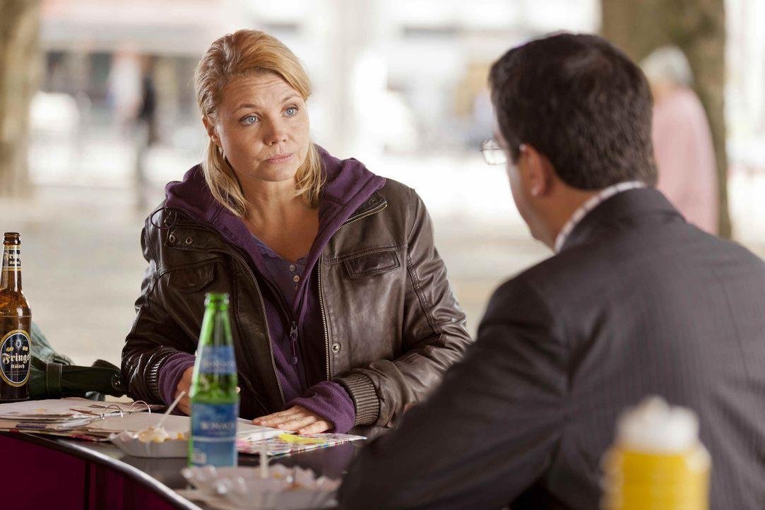 Während Steuerprüfer Herr Schüttke (Batsian Pastewka, r.) Dannis (Annette Frier, l.) Geschäftsunterlagen prüft, versucht sie, ihrem neuen Klien... - Bildquelle: SAT.1