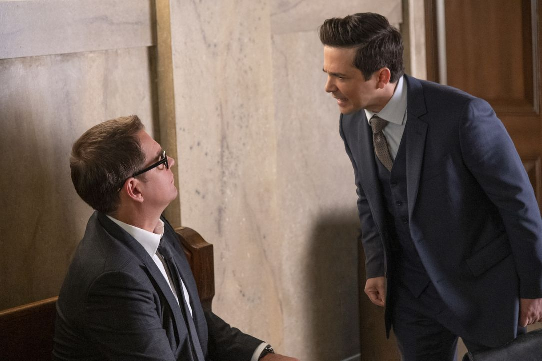 Dr. Jason Bull (Michael Weatherly, l.); Benny Colón (Freddy Rodriguez, r.) - Bildquelle: David M. Russell 2019 CBS Broadcasting Inc. All Rights Reserved. / David M. Russell