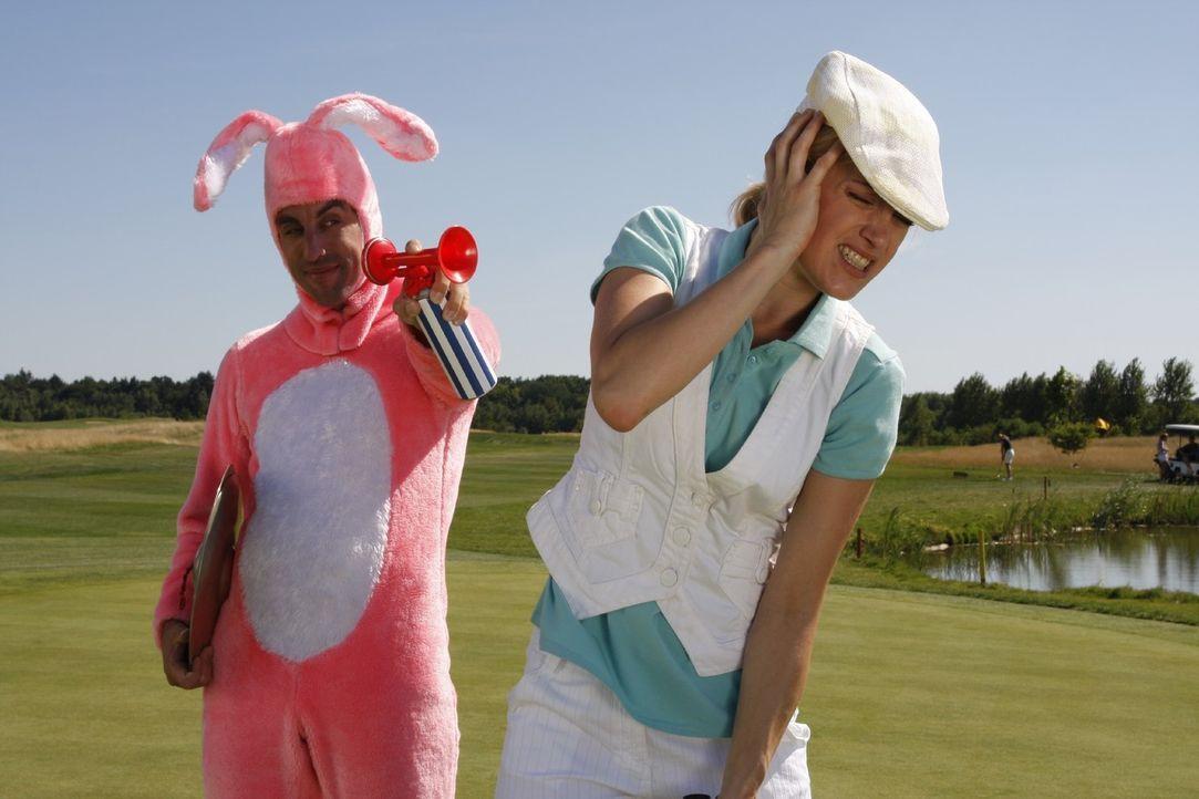 Er (Alexander Schubert, l.) findet immer neue Mittel und Wege, seine Gegnerin (Judith Richter, r.) beim Golf abzulenken ... - Bildquelle: Noreen Flynn Sat.1