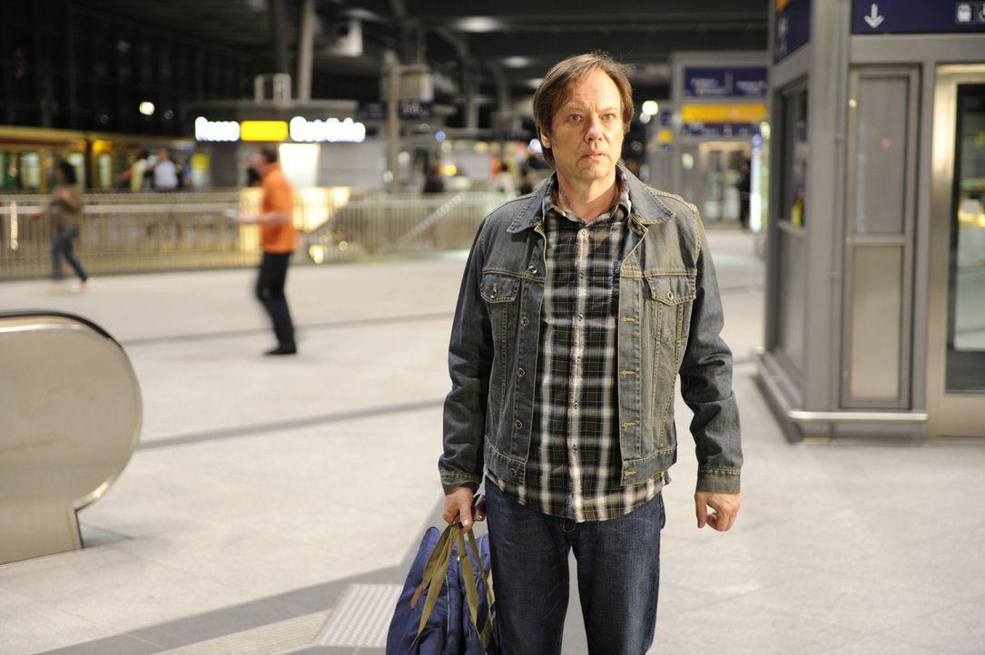 Denkt darüber nach, ob er fliehen soll: Armin (Rainer Will) - Bildquelle: Sat.1