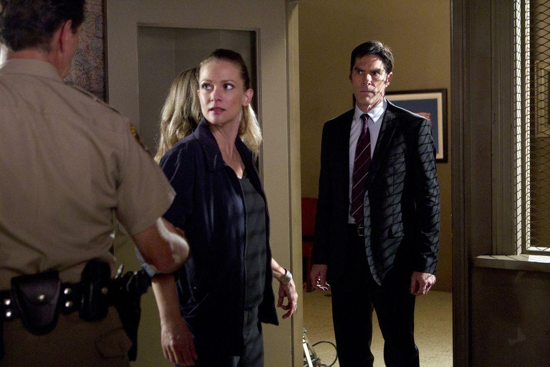 JJ (AJ Cook, M.) und Hotch (Thomas Gibson, r.) ermitteln weiter in dem Fall der ermordeten Prostituierten. Als Verdächtiger stellt sich Deputy Marty... - Bildquelle: ABC Studios