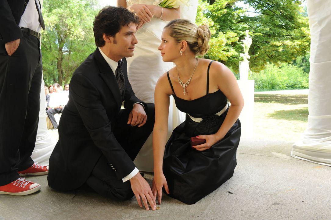 Mia (Josephine Schmidt, r.) sieht keine andere Möglichkeit, als ihre Aufgabe als Trauzeugin wahrzunehmen und ausgerechnet der Ehe von Alexander (Pa... - Bildquelle: SAT.1