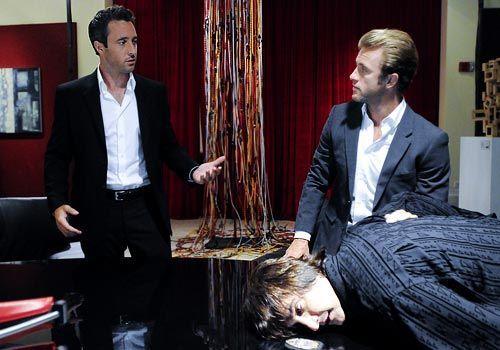 Bei den Ermittlungen im Mordfall Meka stoßen Danno (Scott Caan, M.) und Steve (Alex O'Loughlin, l.) auf Bastille (Bronson Pinchot). Doch hat er wir... - Bildquelle: CBS Studios Inc