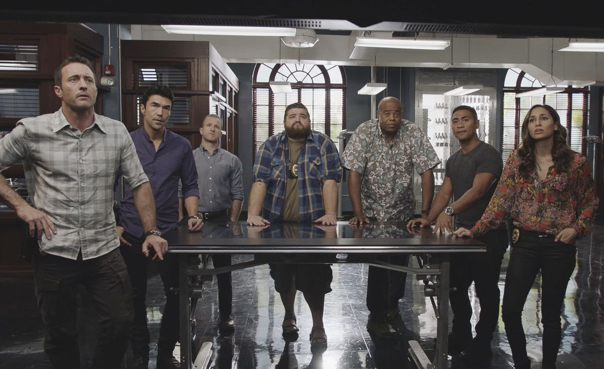 "(v.l.n.r.) Steve McGarrett (Alex O'Loughlin); Adam Noshimuri (Ian Anthony Dale); Danny ""Danno"" Williams (Scott Caan); Jerry Ortega (Jorge Garcia); L... - Bildquelle: 2019 CBS Broadcasting, Inc. All Rights Reserved"