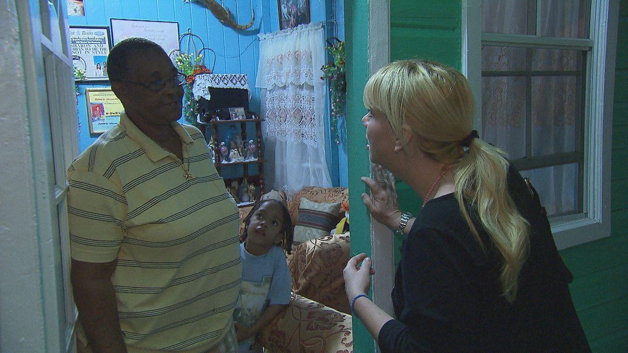 Julia Leischik (r.) reist nach St. Lucia und macht sich auf die Suche nach Felicitas' vermisster Mutter ... - Bildquelle: SAT.1