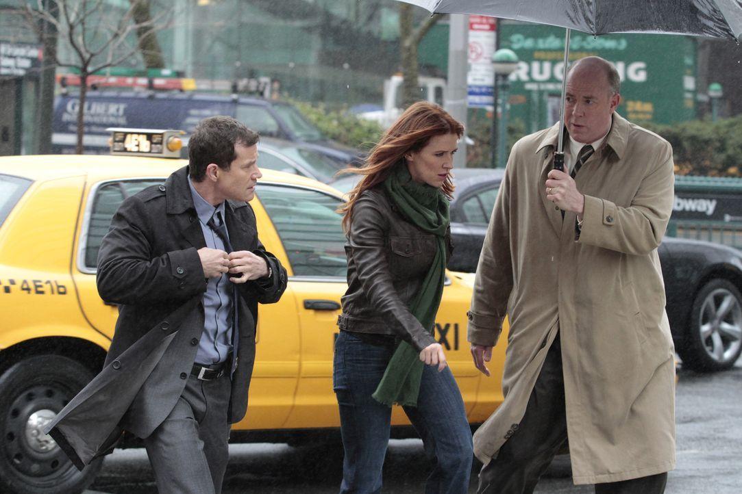 Versuchen gemeinsam, einen Mordfall aufzudecken: Al Burns (Dylan Walsh, l.), Carrie Wells (Poppy Montgomery, M.) und Mike Costello (Michael Gaston,... - Bildquelle: Sony Pictures Television Inc. All Rights Reserved.
