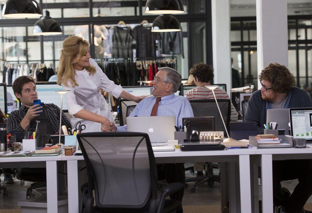 Wegen seiner besonderen Art bekommt Witwer Ben (Robert De Niro, 2.v.r.) nicht nur zu seinen Kollegen Jason (Adam Devine, l.) und Davis (Zack Pearlma... - Bildquelle: Warner Brothers