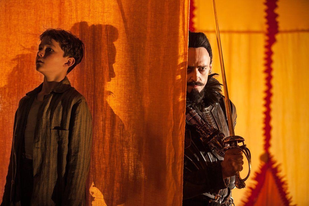 Entführt auf einem fliegenden Schiff, muss Peter (Levi Miller, l.) für den finsteren Piratenkapitän Blackbeard (Hugh Jackman, r.) schuften. Kann ihm... - Bildquelle: Warner Brothers