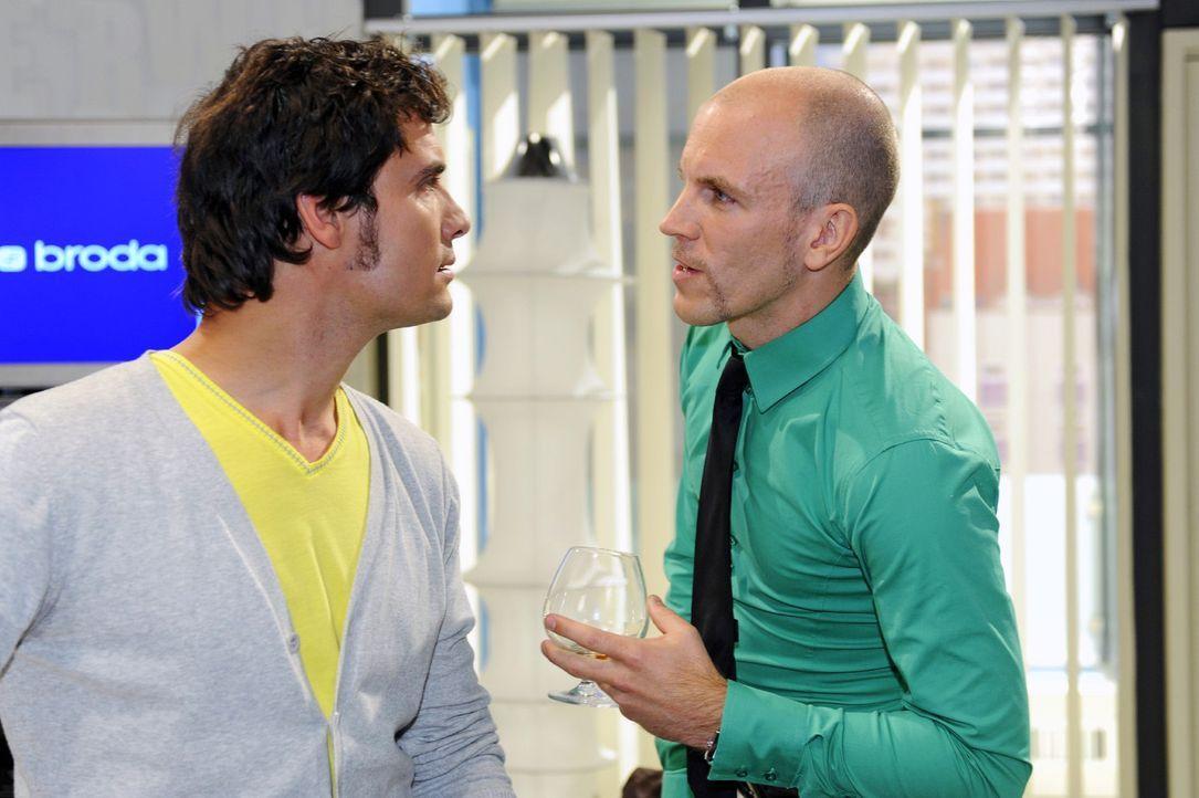 Gerrit (Lars Löllmann, r.) gerät mit Alexander (Paul T. Grasshoff, l.) aneinander - eine Begegnung mit Folgen ... - Bildquelle: Sat.1