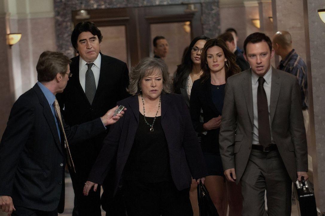 Hoffen, auf einen Sieg vor Gericht: Eric Sanders (Alfred Molina, 2.v.l.), Harry (Kathy Bates, 3.v.l.), Cassie (Karen Olivo, 3.v.r.), Bethany Sanders... - Bildquelle: Warner Bros. Television