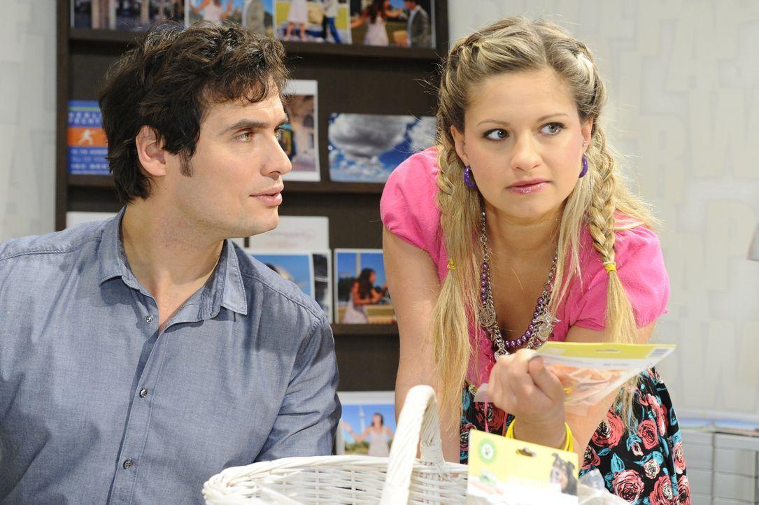 Mia (Josephine Schmidt, r.) versucht weiterhin - trotz aufkommender Gefühle für Alexander (Paul Grasshoff, l.) - etwas über seine Verwicklung in... - Bildquelle: SAT.1