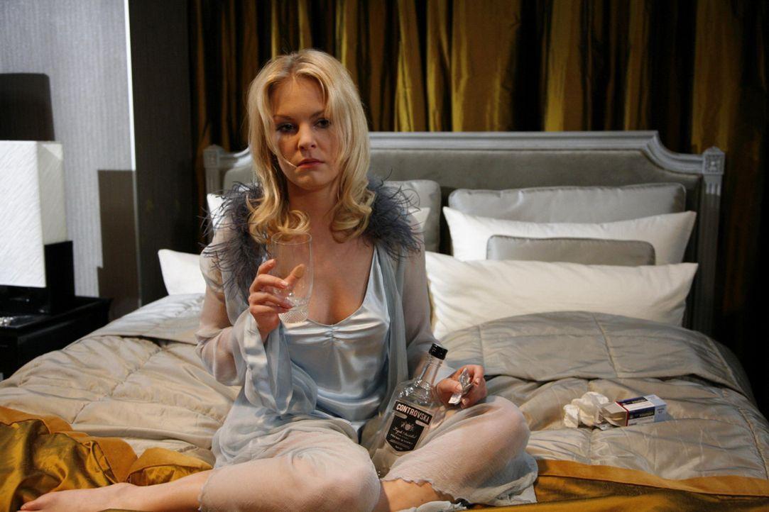 Alexandra (Ivonne Schönherr) bricht verzweifelt zusammen. Philip hat sie die ganze Zeit hintergangen, um sich an ihr zu rächen. Daraufhin trifft s... - Bildquelle: SAT.1