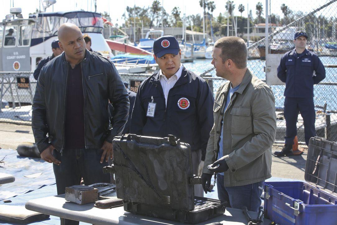 Ein Raketentest wurde gehackt und dadurch eine zivile Motoryacht versenkt. Callen (Chris O'Donnell, r.), Sam (LL Cool J, l.) und Coast Guard Special... - Bildquelle: CBS Studios Inc. All Rights Reserved.