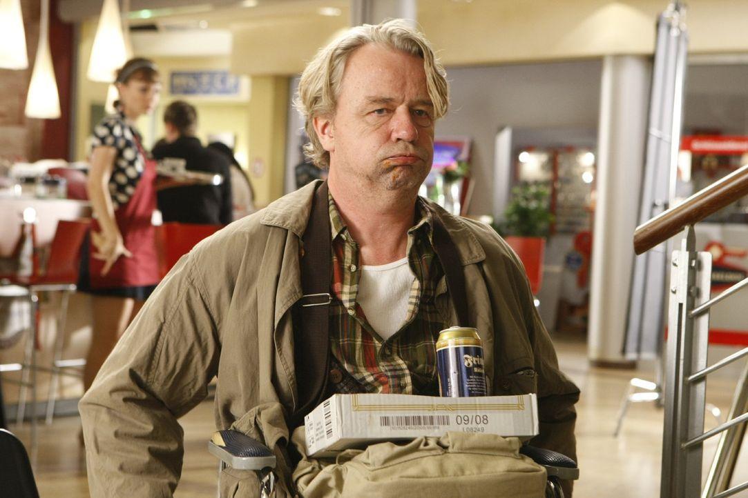 Ist jederzeit für eine Überraschung gut: Dannis Vater Kurt (Axel Siefer) ... - Bildquelle: SAT.1