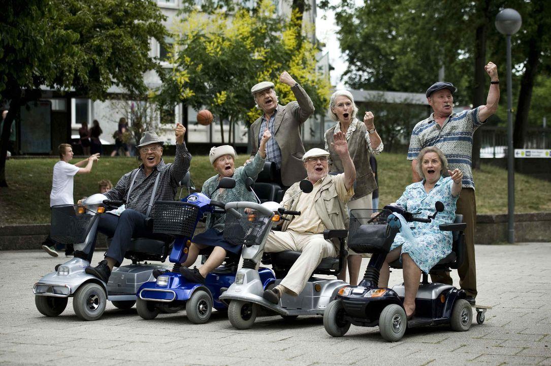 (1. Staffel) - Die in die Jahre gekommenen Lockvögel, Adolf (vorne 2.v.r.), Doris (hinten M.), Gerda (vorne r.), Hans-Ulrich (hinten r.), Lilo (vorn... - Bildquelle: Martin Menke ProSieben
