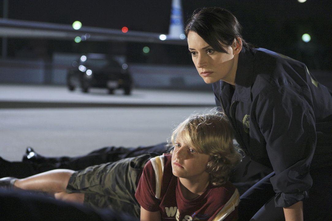 Prentiss (Paget Brewster, r.) und ihre Kollegen haben es geschafft und haben Lachlan (Robin Atkin Downes, l.) das Leben gerettet ... - Bildquelle: ABC Studios