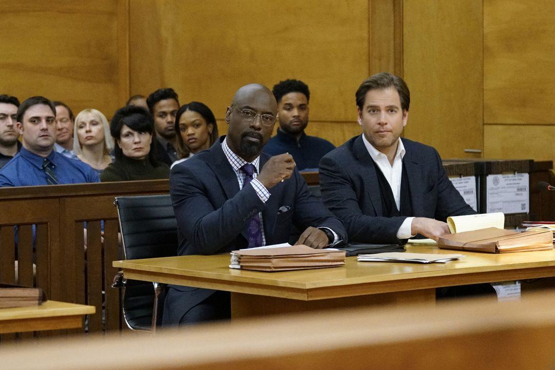 Bull (Michael Weatherly, r.) nutzt den Hang seines Klienten Jules Caffrey (Isaiah Washington, vorne l.), im Gerichtssaal sehr theatralisch aufzutret... - Bildquelle: 2016 CBS Broadcasting, Inc. All Rights Reserved