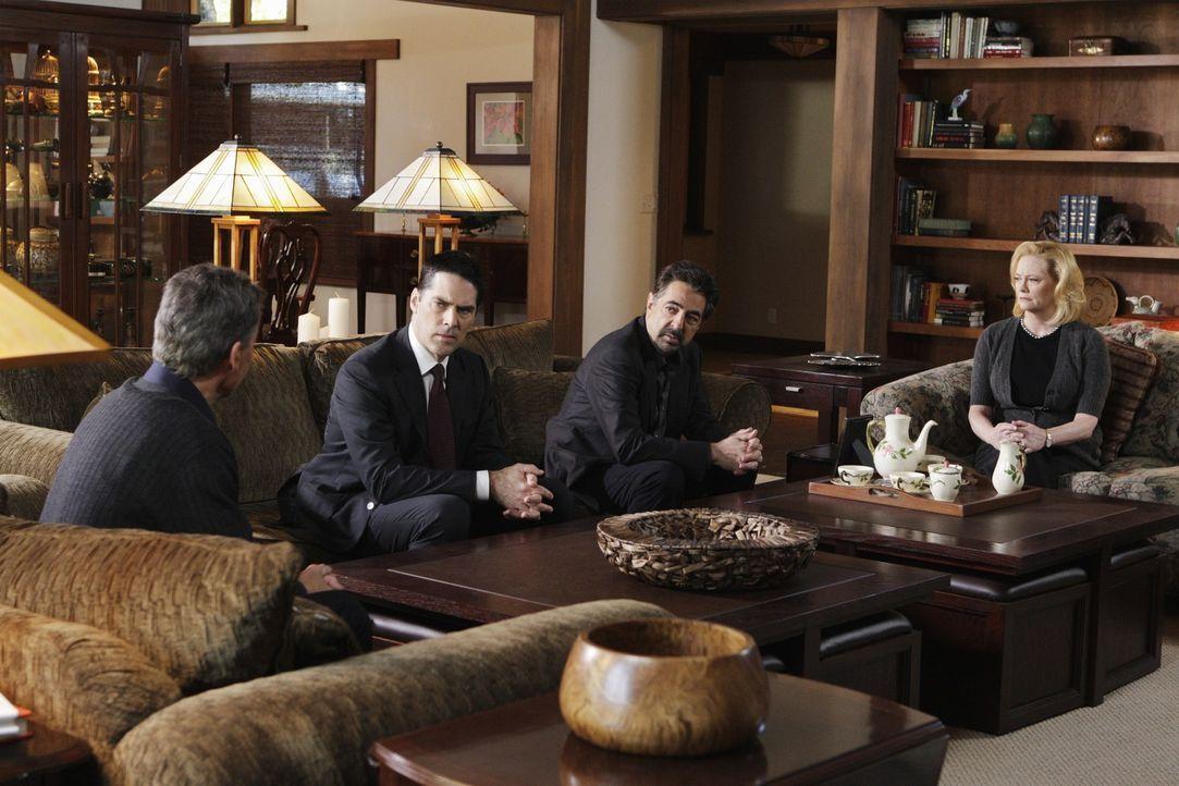 Bei ihren Ermittlungen stoßen Hotch (Thomas Gibson, 2.v.l.) und Rossi (Joe Mantegna, 2.v.r.)  auf den Ex-Medizinstudenten Roderick. Um an Hinweise z... - Bildquelle: Touchstone Television