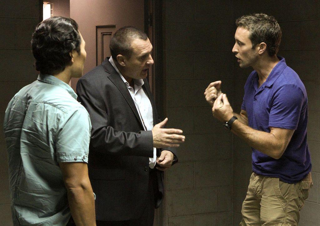 Steve (Alex O'Loughlin, r.) und Chin (Daniel Dae Kim, l.) können es nicht fassen, dass Fryer (Tom Sizemore, M.) Kono zu einem Undercover-Einsatz ü... - Bildquelle: TM &   CBS Studios Inc. All Rights Reserved.