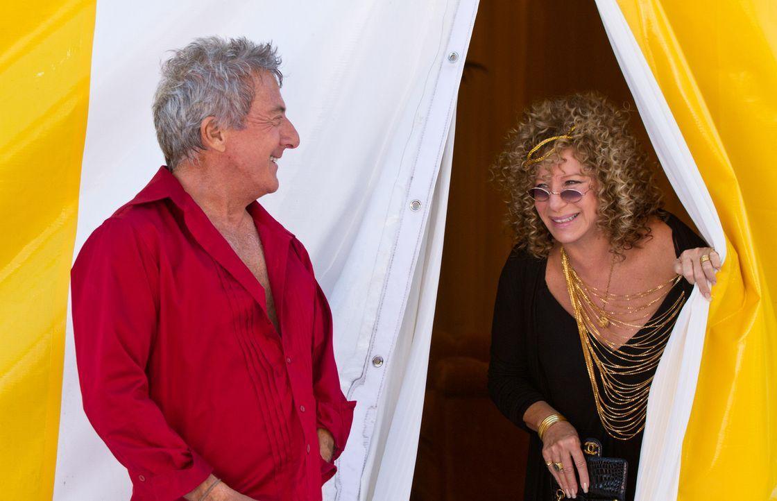 Auch, wenn sich Roz (Barbra Streisand, r.) und Bernie (Dustin Hoffman, l.) im Alltag nur selten sehen, sind sie sich bei wichtigen Entscheidungen ei... - Bildquelle: Glen Wilson 2010 Universal Studios & DW Studios LLC