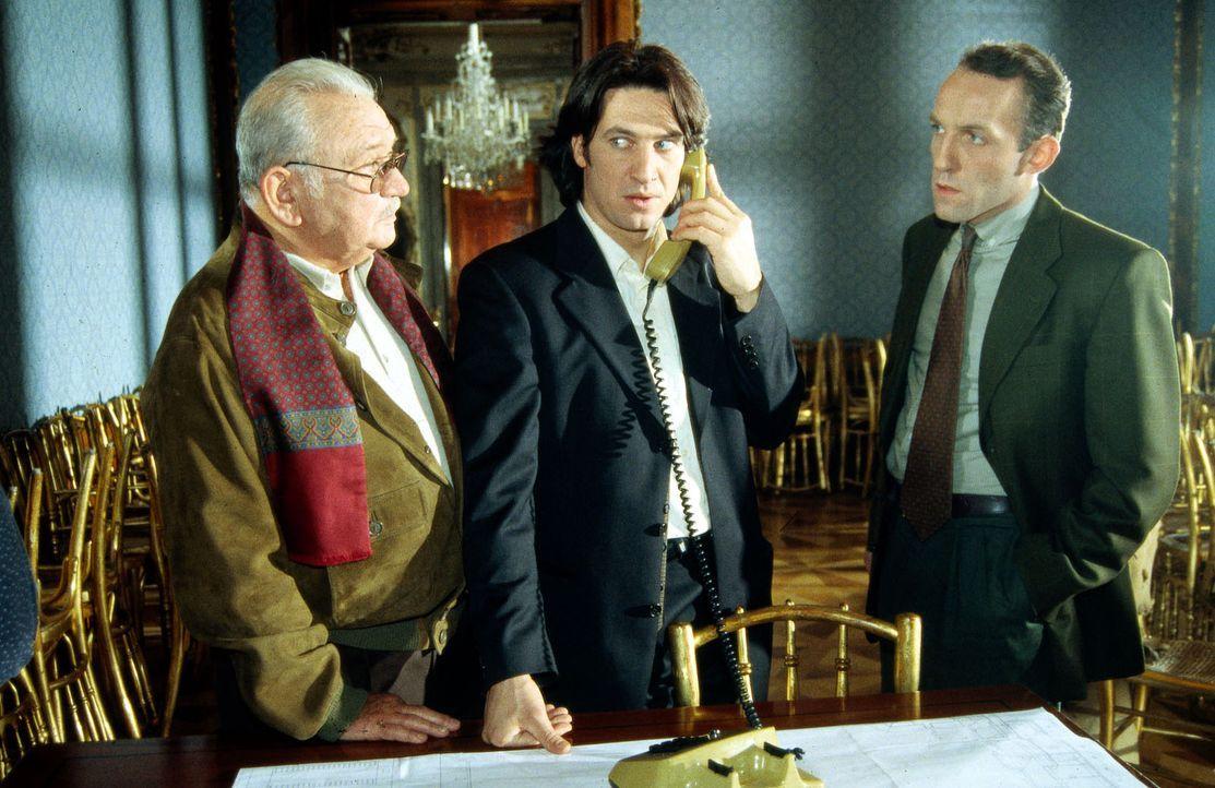 Kommissar Moser (Tobias Moretti, M.) telefoniert über ein Haustelefon mit dem flüchtigen Sprengstoff-Schmuggler Borek, der sich im oberen Stockwerk... - Bildquelle: Ali Schafler Sat.1