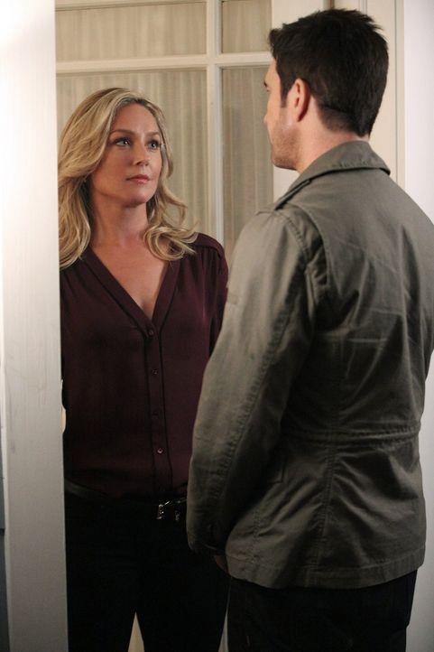 Der große Tag ist gekommen: Amanda (Elizabeth Rohm, l.) hat es Jack (Dylan McDermott, r.) erlaubt, seinen Sohn zu sehen ... - Bildquelle: Warner Bros. Entertainment, Inc.