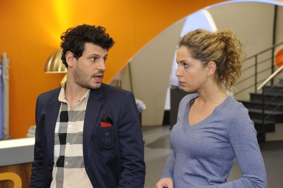 Nina (Maria Wedig, r.) bezieht ihren neuen Arbeitsplatz und sitzt dabei genau in Lucas (Manuel Cortez, l.) Sichtfeld, der durch Toms Weggang dessen... - Bildquelle: SAT.1