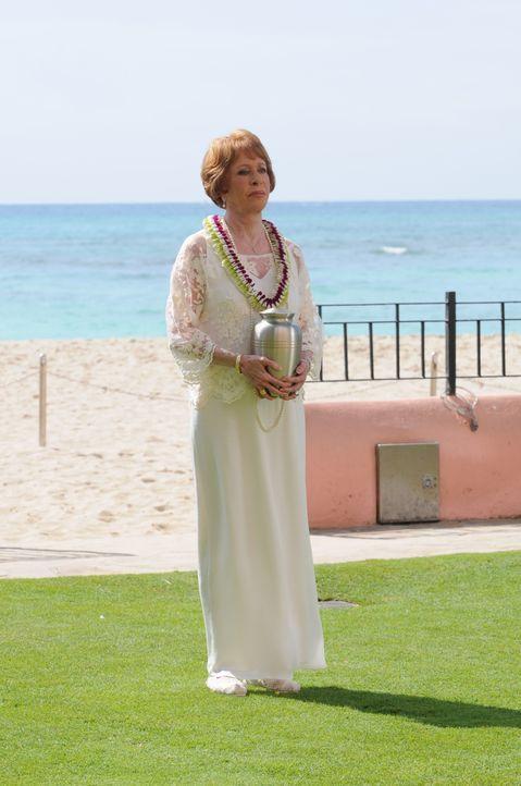 Kommt mit einem ganz besonderen Wunsch nach Hawaii: Steves Tante Deb (Carol Burnett) ... - Bildquelle: Norman Shapiro 2015 CBS Broadcasting, Inc. All Rights Reserved