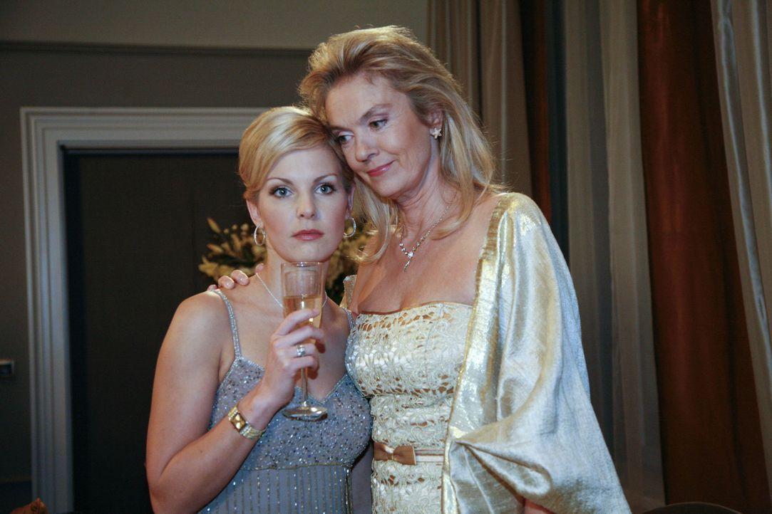 Alexandra (Ivonne Schönherr, l.) muss enttäuscht hinnehmen, dass Mark sie am Silvesterabend versetzt. Ihre Mutter Elisabeth (Birte Berg, r.) versu... - Bildquelle: SAT.1